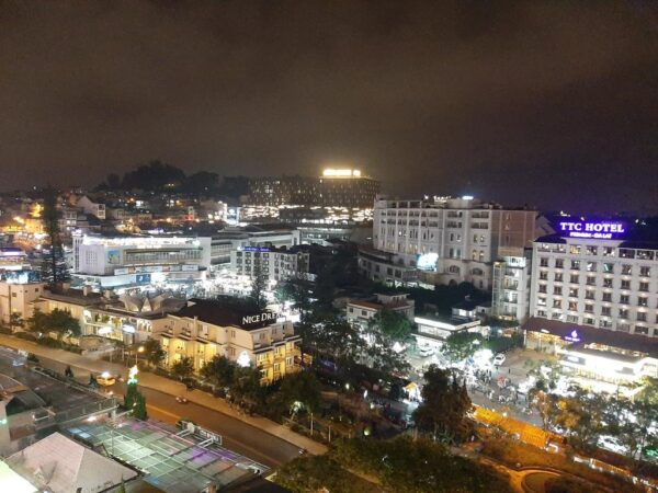 View trung tâm ngắm thành phố và chợ của khách sạn Dạ Lan Đà Lạt gần chợ giá rẻ