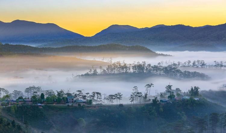 Sương sớm phủ kín cả đèo long lanh