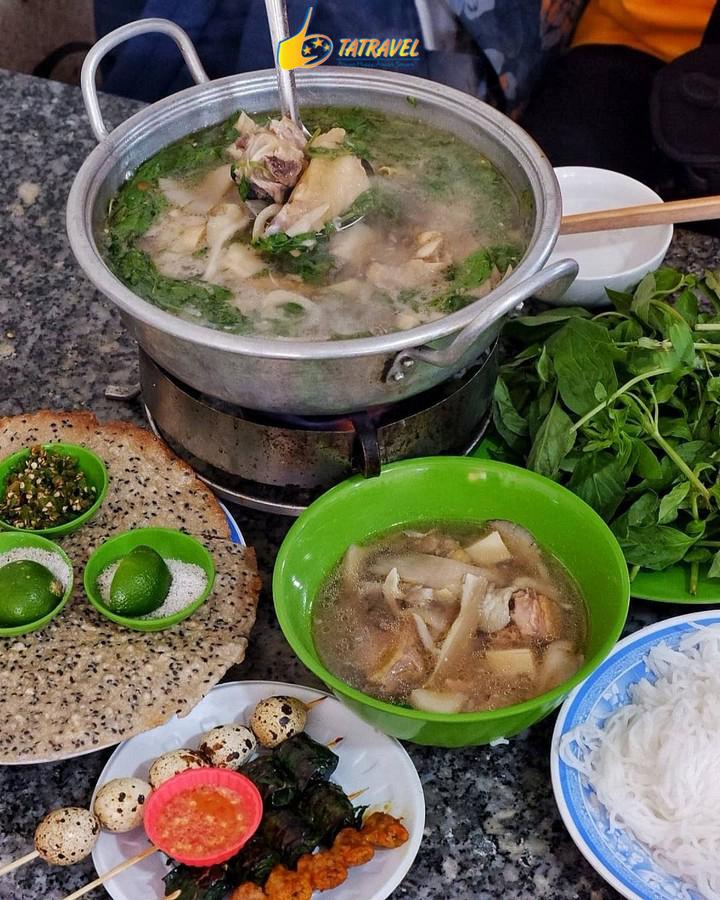 Lẩu gà lá é một trong những món ngon ở Đà Lạt