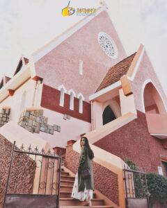 Du khách tham quan Nhà thờ Domain - cung dường Đà Lạt Suối Vàng