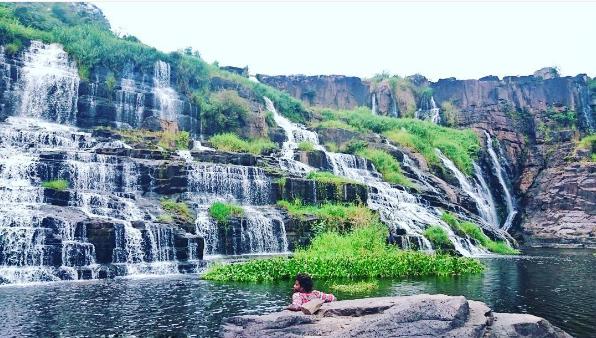 Hồ nước trong vắt bên dưới chân thác Pongour