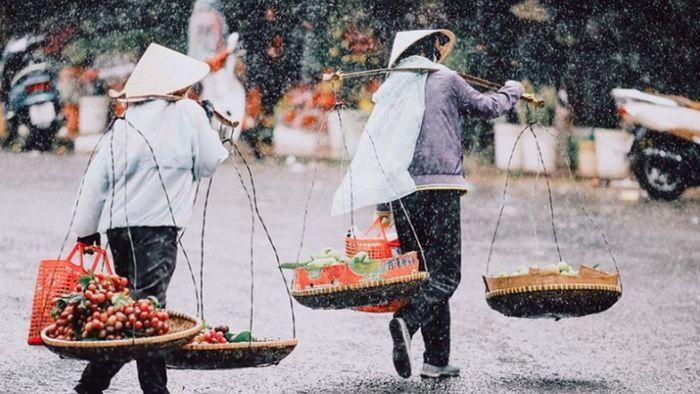 Những cô gánh hàng rong đang đi dưới trời mưa Đà Lạt