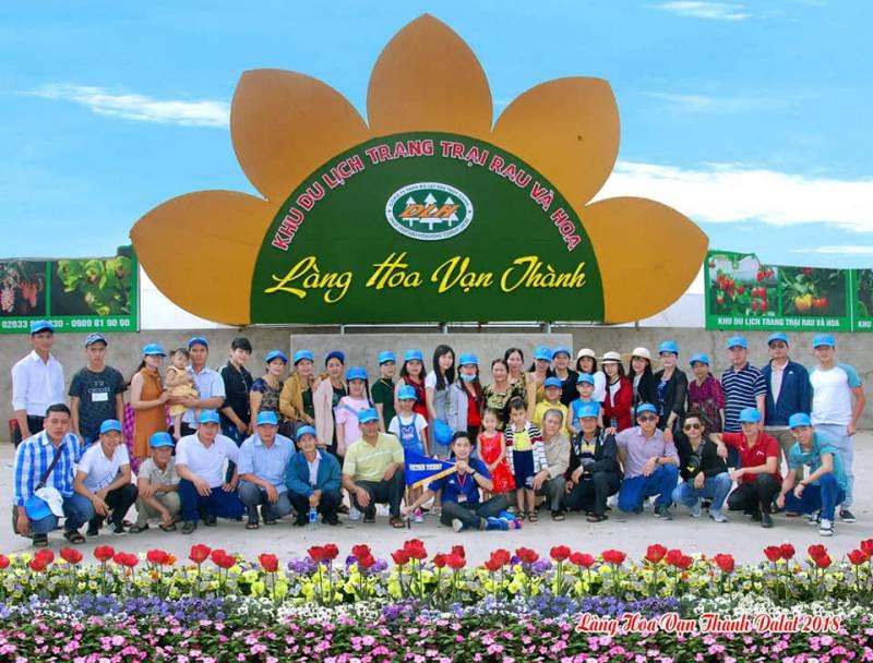 Du khách chụp hình lưu liệm ở khu du lịch Làng hoa Vạn Thành